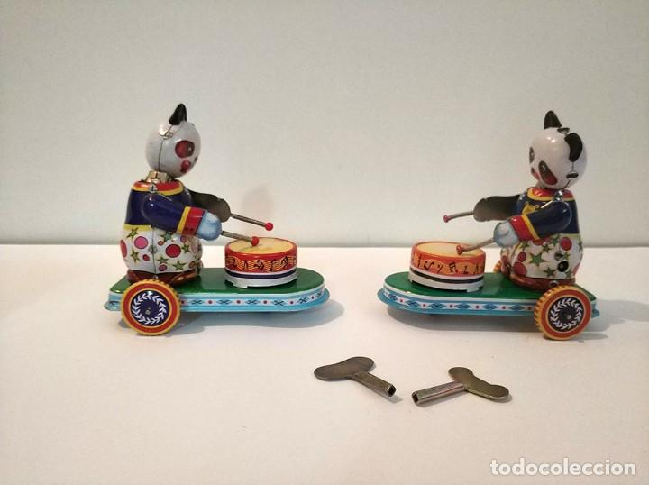 Juguetes antiguos de hojalata: Lote de 2 juguetes hojalata drumming animal ms 565 ositos tocando tambor a cuerda funciona en caja - Foto 3 - 194394196