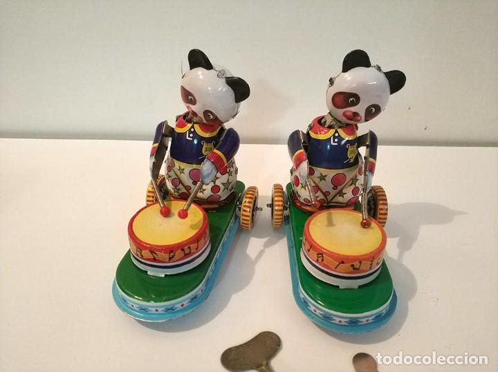 Juguetes antiguos de hojalata: Lote de 2 juguetes hojalata drumming animal ms 565 ositos tocando tambor a cuerda funciona en caja - Foto 5 - 194394196