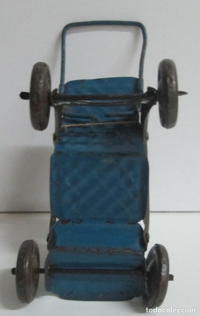 Juguetes antiguos de hojalata: Antigua sillita en hojalta engrapada con un pequeño bebe de molde en pasta - Foto 6 - 194404300
