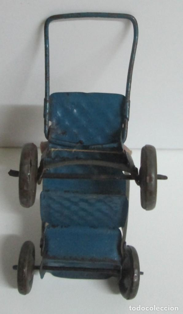 Juguetes antiguos de hojalata: Antigua sillita en hojalta engrapada con un pequeño bebe de molde en pasta - Foto 7 - 194404300