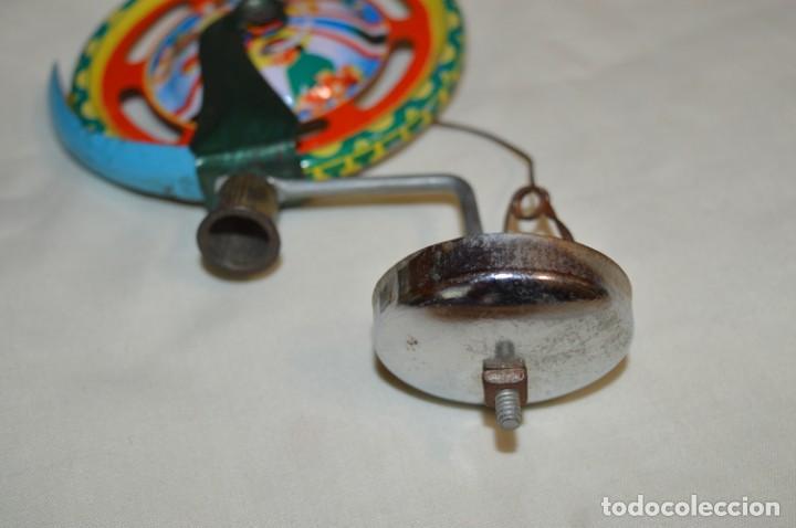 Juguetes antiguos de hojalata: VINTAGE / Antiguo CORREPASILLOS de hojalata litografiada ¡Mira fotos y detalles! - Foto 5 - 194725271