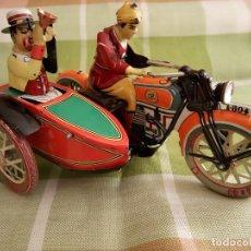 Juguetes antiguos de hojalata: MOTO CON SIDECAR DE HOJALATA. FUNCIONANDO. PERFECTO ESTADO. DESCRIPCION Y FOTOS.. Lote 195122380