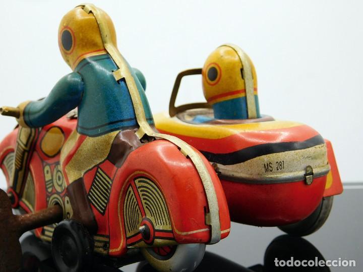 Juguetes antiguos de hojalata: ANTIGUA MOTO SIDECAR CON DOS PASAJEROS - HOJALATA A CUERDA - CON LLAVE - NO ES REPRODUCCIÓN - Foto 2 - 195315216