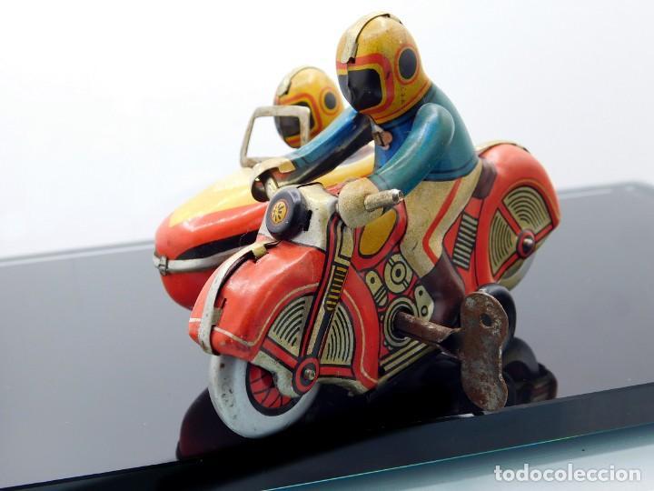 Juguetes antiguos de hojalata: ANTIGUA MOTO SIDECAR CON DOS PASAJEROS - HOJALATA A CUERDA - CON LLAVE - NO ES REPRODUCCIÓN - Foto 13 - 195315216