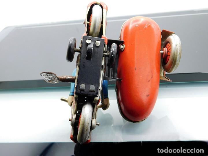 Juguetes antiguos de hojalata: ANTIGUA MOTO SIDECAR CON DOS PASAJEROS - HOJALATA A CUERDA - CON LLAVE - NO ES REPRODUCCIÓN - Foto 9 - 195315216