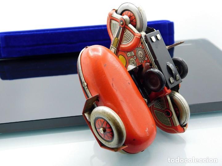 Juguetes antiguos de hojalata: ANTIGUA MOTO SIDECAR CON DOS PASAJEROS - HOJALATA A CUERDA - CON LLAVE - NO ES REPRODUCCIÓN - Foto 16 - 195315216
