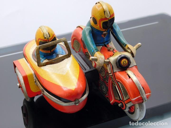 Juguetes antiguos de hojalata: ANTIGUA MOTO SIDECAR CON DOS PASAJEROS - HOJALATA A CUERDA - CON LLAVE - NO ES REPRODUCCIÓN - Foto 12 - 195315216