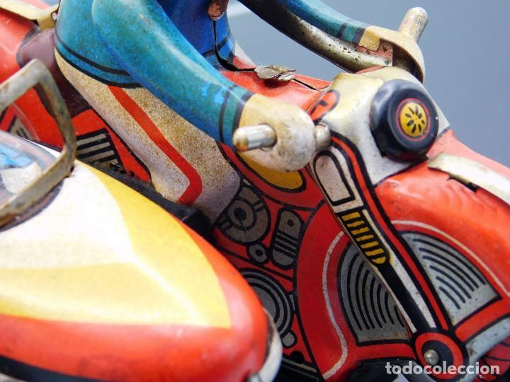 Juguetes antiguos de hojalata: ANTIGUA MOTO SIDECAR CON DOS PASAJEROS - HOJALATA A CUERDA - CON LLAVE - NO ES REPRODUCCIÓN - Foto 7 - 195315216