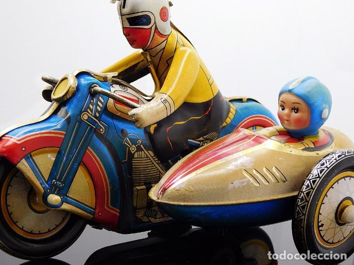 Juguetes antiguos de hojalata: AÑOS 40 ANTIGUA MOTO SIDECAR CON DOS PASAJEROS - HOJALATA A CUERDA / LLAVE - NO ES REPRODUCCIÓN 19CM - Foto 7 - 195340627