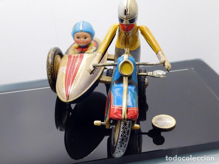 Juguetes antiguos de hojalata: AÑOS 40 ANTIGUA MOTO SIDECAR CON DOS PASAJEROS - HOJALATA A CUERDA / LLAVE - NO ES REPRODUCCIÓN 19CM - Foto 14 - 195340627