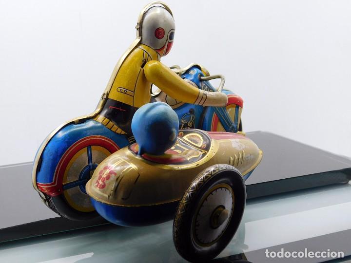 Juguetes antiguos de hojalata: AÑOS 40 ANTIGUA MOTO SIDECAR CON DOS PASAJEROS - HOJALATA A CUERDA / LLAVE - NO ES REPRODUCCIÓN 19CM - Foto 3 - 195340627