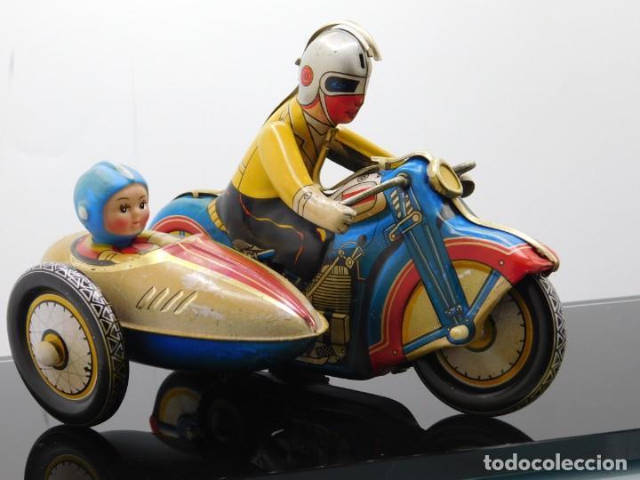 Juguetes antiguos de hojalata: AÑOS 40 ANTIGUA MOTO SIDECAR CON DOS PASAJEROS - HOJALATA A CUERDA / LLAVE - NO ES REPRODUCCIÓN 19CM - Foto 20 - 195340627