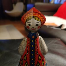 Juguetes antiguos de hojalata: MUÑECA RUSA DE HOJALATA. Lote 201935066