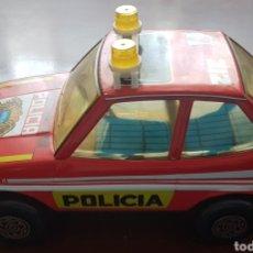 Juguetes antiguos de hojalata: COCHE LATA POLICÍA GRANDE OBERTOYS. Lote 202782331