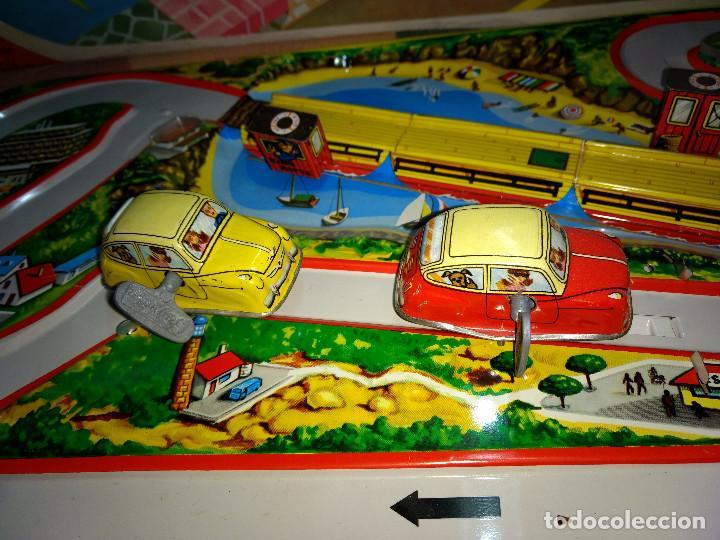 Juguetes antiguos de hojalata: ANTIGUA PISTA CON 2 SEAT 600 A CUERDA ORIGINAL FABRICADO ESPAÑA AÑOS 60 DE PAYVA - Foto 3 - 203283633