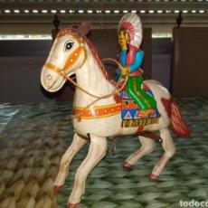 Juguetes antiguos de hojalata: HAJI. CABALLO CON INDIO. A CUERDA Y HOJALATA.. Lote 203864766