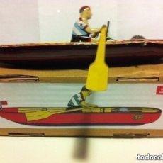 Juguetes antiguos de hojalata: CANOA -PAYÁ-- CON LLAVE. Lote 204183883