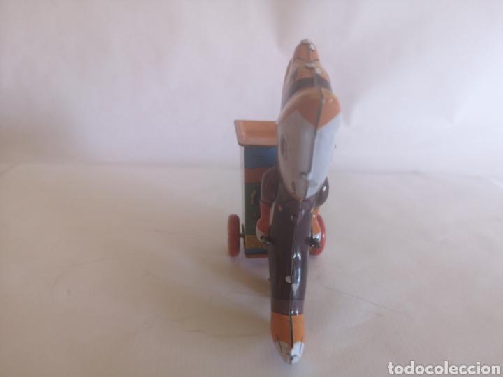 Juguetes antiguos de hojalata: Conejo con carrito de hojalata a cuerda. Años 90. Litografiado. Funciona - Foto 4 - 204453776
