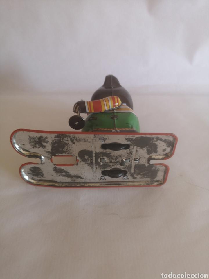Juguetes antiguos de hojalata: Oso esquiador de hojalata a cuerda. Años 90. Funciona - Foto 4 - 204454252