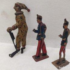 Juguetes antiguos de hojalata: 2 SOLDADOS. 1 PAYASO. HOJALATA. ENTRE 7.5CM Y 10CM. Lote 204664316