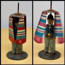 Juguetes antiguos de hojalata: HOMBRE PARAGUAS AÑOS 1940 RICO. Lote 204691765