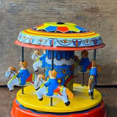 Juguetes antiguos de hojalata: CARRUSELL EN HOJALATA ANTIGUO A CUERDA. Lote 205274045