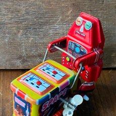 Juguetes antiguos de hojalata: ROBOT EN HOJALATA ANTIGUO A CUERDA. Lote 205277572
