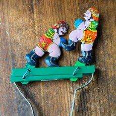 Juguetes antiguos de hojalata: BOXEADORES BOXEANDO. HOJALATA ANTIGUO A CUERDA. Lote 205278390