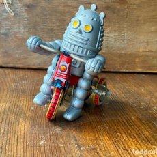 Juguetes antiguos de hojalata: ROBOT. HOJALATA ANTIGUO A CUERDA. Lote 205278573