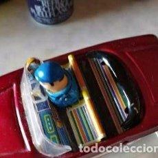 Brinquedos antigos de folha-de-Flandres: COCHE HOJALATA ANTIGUO CON MUÑECO MUEVE MANO CUANDO AVANZA. AÑOS 60-70 .. Lote 205822188