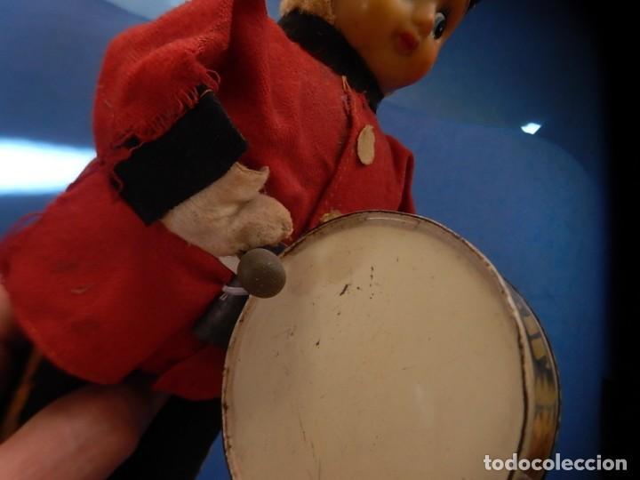 Juguetes antiguos de hojalata: Soldado músico tipo granadero con tambor. Fabricación Japonesa. Japón. - Foto 11 - 206155872