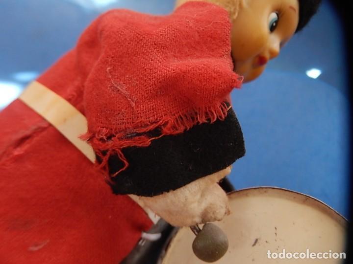 Juguetes antiguos de hojalata: Soldado músico tipo granadero con tambor. Fabricación Japonesa. Japón. - Foto 12 - 206155872