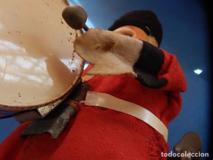Juguetes antiguos de hojalata: Soldado músico tipo granadero con tambor. Fabricación Japonesa. Japón. - Foto 15 - 206155872