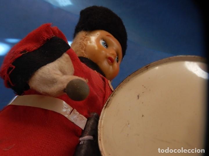 Juguetes antiguos de hojalata: Soldado músico tipo granadero con tambor. Fabricación Japonesa. Japón. - Foto 16 - 206155872