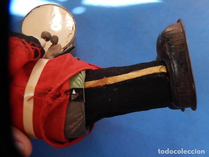 Juguetes antiguos de hojalata: Soldado músico tipo granadero con tambor. Fabricación Japonesa. Japón. - Foto 23 - 206155872