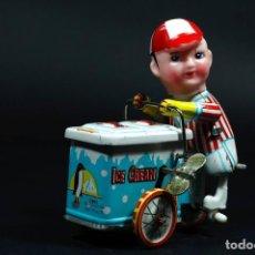 Juguetes antiguos de hojalata: CARRITO HELADO ICE CREAM, DE HOJALATA, A CUERDA, MADE IN CHINA. LA CABEZA ES DE GOMA. FUNCIONA BIEN.. Lote 206393542