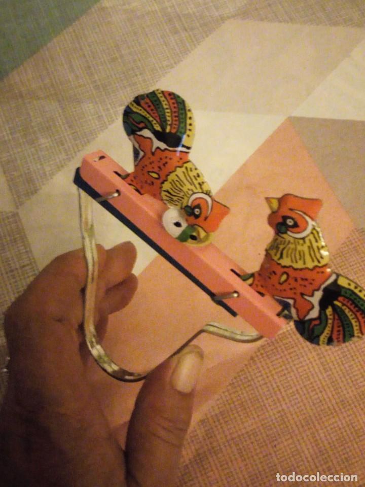 Juguetes antiguos de hojalata: gallos comiendo de hojalata juguete manual. litografiado.años 90 - Foto 2 - 206393681