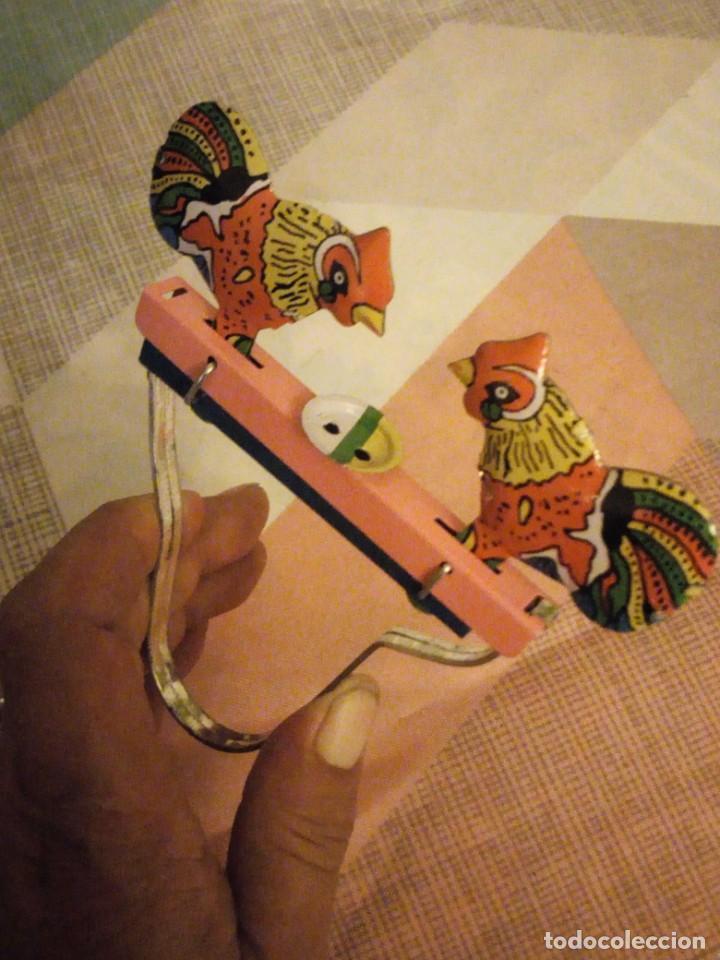 Juguetes antiguos de hojalata: gallos comiendo de hojalata juguete manual. litografiado.años 90 - Foto 3 - 206393681