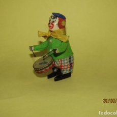 Brinquedos antigos de folha-de-Flandres: ANTIGUO PAYASO AUTÓMATA TOCANDO EL TAMBOR DE SCHUCO - FABRICACIÓN ESPAÑOLA. Lote 207128803
