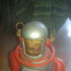 Juguetes antiguos de hojalata: ROBOT ASTRONAUTA. FUNCIONA PERFECTAMENTE CON LA LLAVE. VER FOTOS.. Lote 207292717