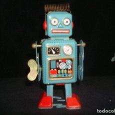 Juguetes antiguos de hojalata: ROBOT DE HOJALATA A CUERDA. Lote 209047380