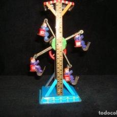 Juguetes antiguos de hojalata: NORIA DE HOJALATA A POLEA FUNCIONANDO. Lote 209048593