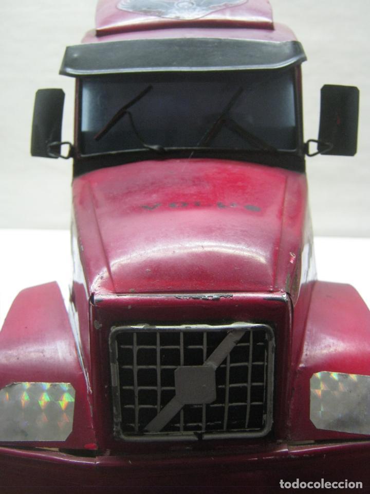 Juguetes antiguos de hojalata: 57 cm - Gran Camión cisterna español peligro combustible Volvo - Chapa Metal IPFB Morenada Valencia - Foto 3 - 209879051