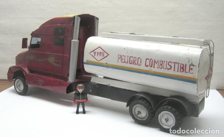 Juguetes antiguos de hojalata: 57 cm - Gran Camión cisterna español peligro combustible Volvo - Chapa Metal IPFB Morenada Valencia - Foto 4 - 209879051
