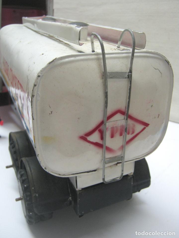 Juguetes antiguos de hojalata: 57 cm - Gran Camión cisterna español peligro combustible Volvo - Chapa Metal IPFB Morenada Valencia - Foto 6 - 209879051