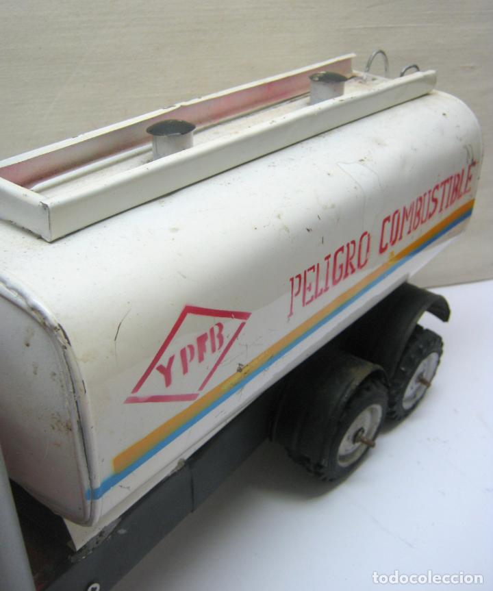 Juguetes antiguos de hojalata: 57 cm - Gran Camión cisterna español peligro combustible Volvo - Chapa Metal IPFB Morenada Valencia - Foto 7 - 209879051