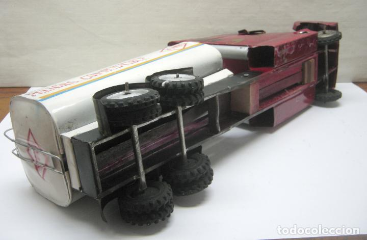 Juguetes antiguos de hojalata: 57 cm - Gran Camión cisterna español peligro combustible Volvo - Chapa Metal IPFB Morenada Valencia - Foto 8 - 209879051