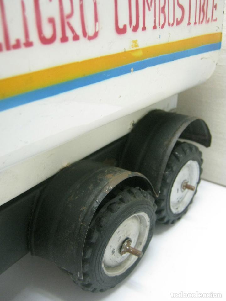 Juguetes antiguos de hojalata: 57 cm - Gran Camión cisterna español peligro combustible Volvo - Chapa Metal IPFB Morenada Valencia - Foto 11 - 209879051