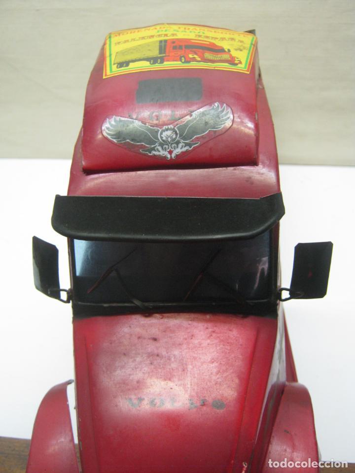 Juguetes antiguos de hojalata: 57 cm - Gran Camión cisterna español peligro combustible Volvo - Chapa Metal IPFB Morenada Valencia - Foto 13 - 209879051