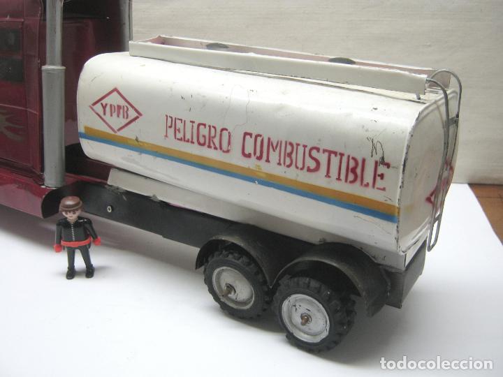 Juguetes antiguos de hojalata: 57 cm - Gran Camión cisterna español peligro combustible Volvo - Chapa Metal IPFB Morenada Valencia - Foto 2 - 209879051